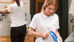 Schuh Tasch, Orthopädie-Schuhtechnik, Mitarbeiterin mit Einlage