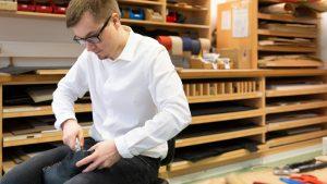 Schuh Tasch, Orthopädie-Schuhtechnik, Mitarbeiter fertigt Schuh