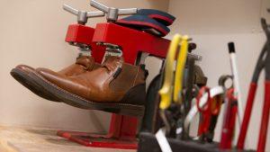 Schuh Tasch, Orthopädie-Schuhtechnik, Werkstatt, Schuhe eingespannt
